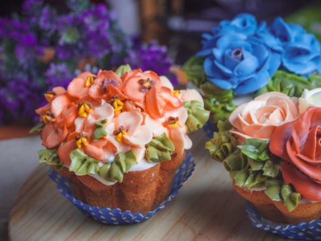 Sandkage muffins med blomster